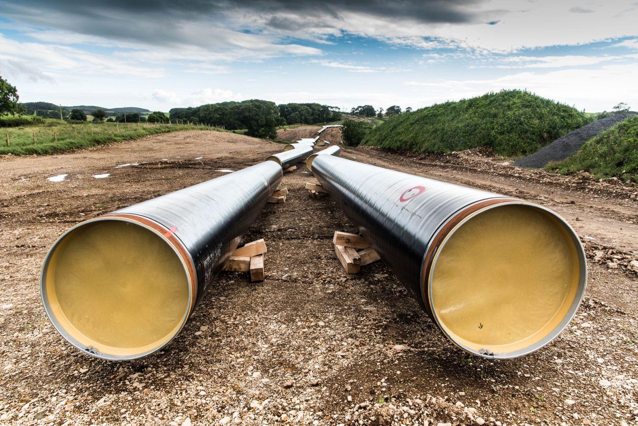 Rohstoffe wie Gas und Öl werden durch Pipelines transportiert