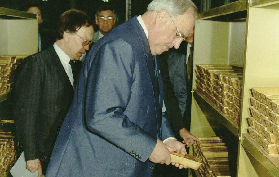 Helmut Kohl inspiziert die Goldreserven der Bundesbank